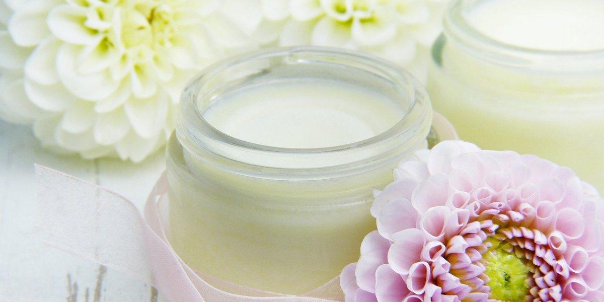 Crème hydratante faite maison pour le corps à l'avocat et à la lavande